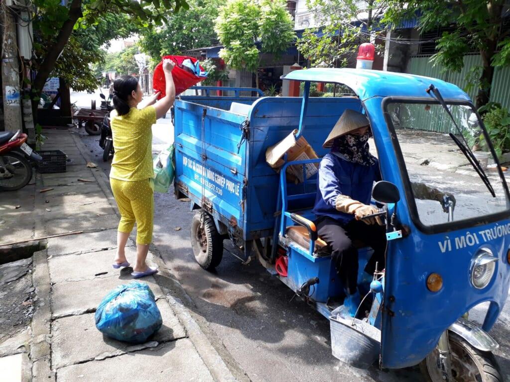 HTX SXKDDV NN thực hiện thu gom rác thải sinh hoạt